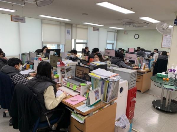 코로나로 사무실에서 온라인을 통해 종무식에 참여하는 직원들